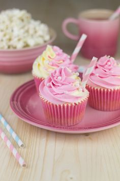 By: Alma Obregon  en: www.objetivocupcake.com  300g de icing sugar 125g de mantequilla pomada 125g de mascarpone (frio) 2 cucharaditas de extracto de limón Colorante rosa y amarillo en pasta  *Tamizamar el azucar, batir con la mantequilla hasta integrar. Si cuesta, añadir una cucharada de leche. Cuando la mezcla esté esponjosa y haya aclarado, añadir el queso y el extracto de limón, y batir, primero a velocidad baja y luego aumentando la velocidad hasta que la mezcla sea homogénea y…