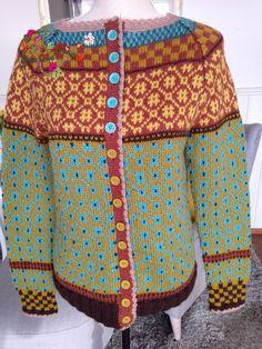Da har jeg også fått min Wiola kofte ferdig. Denne var morsom og strikke, lett og komme inn i mønstret. Detaljer er at det er heklet stolp...