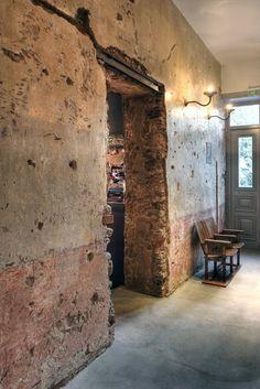 Méchant Design: life scars on walls....