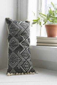 Fixer Upper, S3/E7 ~ Lumbar pillow on sofa in living room #fixerupper #fixerupperstyle