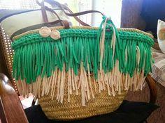como decorar un capazo con ganchillo o trapillo - Buscar con Google My Bags, Purses And Bags, Diy Sac, Straw Tote, Crochet Purses, Summer Bags, Hippie Chic, Diy Fashion, Bag Accessories