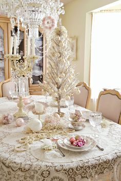 Take a chance and create your own shabby chic Christmas! Shabby chic is all about pastels and white, so here are our ideas to achieve this look for Christmas. Christmas Tea Party, Pink Christmas Tree, Shabby Chic Christmas, Victorian Christmas, Christmas Colors, Vintage Christmas, Christmas Tablescapes, Christmas Decorations, Yule
