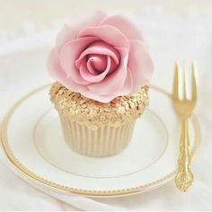 ♔ Pink and gold cupcake
