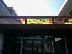 #Lütjenburg Statt mit staatstragendem Pathos zeigt sich die deutsche Nationalhymne als farbenfrohes und verspieltes Schattenspiel. Über dem Eingangsbereich der Mensa an der Hoffmann-von-Fallersleben-Schule leu...