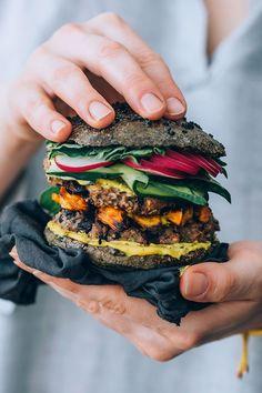 Bean Quinoa Burger with Activated Charcoal Bun Black bean quinoa burger with sweet potato and activated charcoal bun Black Bean Quinoa Burger, Quinoa Burgers, Vegan Burgers, Burger Recipes, Vegetarian Recipes, Cooking Recipes, Healthy Recipes, Vegetarian Sweets, Sweet Potato Burgers