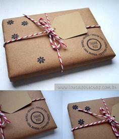 envelope kraft  barbantinho  tag c/ destinatário  carimbos em branco (arabescos/croche)