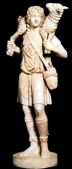 Esta escultura se trata del Buen Pastor, obra de autor anónimo del arte Paleocristiano. Fue creada en el siglo IV d.C. en mármol. Actualmente se encuentra en el Museo de LEtrán.