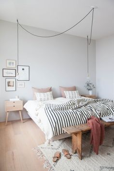 zo style je een bankje aan het voeteneind van je bed this way you style a bench at the foot of your bed – Everything to make your home your Home Bedroom Decor For Couples, Diy Home Decor Bedroom, Bedroom Ideas For Small Rooms Women, Beds For Small Rooms, Men Bedroom, Couple Bedroom, Stylish Bedroom, Small Bedrooms, Small Spaces