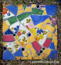 Pique Assiette Mosaic Stepping Stones in the Garden Mosaic Garden Art, Mosaic Tile Art, Mosaic Flower Pots, Mosaic Crafts, Mosaic Projects, Mosaic Artwork, Mosaic Mirrors, Mosaic Stepping Stones, Stone Mosaic