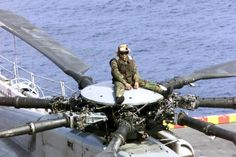 ch 53 super stallion | US Marine Corps (USMC) CH-53E Super Stallion helicopter Crew Chief ...