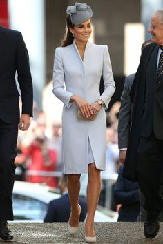 - Photo - The beautiful dove grey Alexander McQueen coatdress that the Duchess of Cambridge, née Kate Middleton, wore in Sydney proved to be her most popular tour outfit. Estilo Kate Middleton, Kate Middleton Stil, Kate Middleton Photos, Kate Middleton Outfits, Kate Middleton Wedding, Princesa Kate Middleton, Estilo Real, Princess Kate, Princess Style