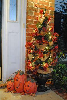 DECORACIONES OTOÑALES PARA TU PORCHE Hola Chicas!! Ya faltan unos días para que sea Thanksgiving y Halloween, pero tal vez todavia no has tenido tiempo de decorar tu casa, es esta ocasion les dejo una fotografías con decoraciones para el porche, espero que les gusten.