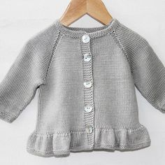 Cardigan med flæser Opskrifter Go Handmade Baby Cardigan Knitting Pattern, Crochet Baby Cardigan, Crochet Baby Booties, Baby Knitting Patterns, Baby Sweater Patterns, Crochet Bebe, Crochet Girls, Crochet Hats, Baby Kimono