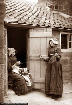 vintage everyday: Women at Their Leisure – Interesting Photos Show the Work Women Often Do in Their Free Time before 1900 - winding wool, North Yorkshire, England, ca. Vintage Pictures, Old Pictures, Vintage Images, Old Photos, Portraits Victoriens, Albert Kahn, North Yorkshire, Yorkshire England, Whitby England