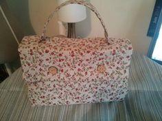 Bonjour, Aujourd'hui voici une valisette Un petit cadeau pour Amélina Dimension 30 par 20 cm Un modèle de Colette couture (le lien en bas de la page) J'ai rencontre cette créatrice au salon de Cergy Aller faire un tour a sa boutique en ligne ,plein de...