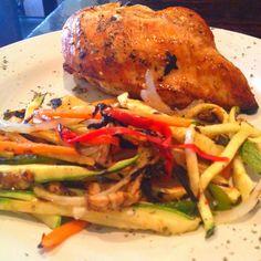 Pollo relleno de queso de cabra y Juliana de verduras mixtas