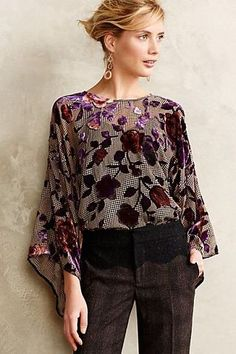 Velvet Kimono Top not normally my style but I think this is beautiful. Casual Outfits, Fashion Outfits, Womens Fashion, Estilo Hippy, Velvet Tops, Look Cool, Pretty Outfits, Kimono Top, Floral Kimono