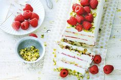 Frambozen-ijstaart met pistachenoten Sweets Cake, Cupcake Cakes, No Bake Desserts, Dessert Recipes, Granita, Diner Recipes, Sorbets, Eat Dessert First, Ice Cream Recipes
