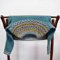 Upside down Riddari. Designed by my lopi knitting hero, Védís Jónsdóttir. (Does anyone know if Védís has an IG account?) I think there's something about this particular yoke design that looks so good when inverted.. ✨ #riddari #icelandic #sweater #lopapeysa #knittersofinstagram #knitstagram #strikkedilla #handknit #handmade #fairisle #wool