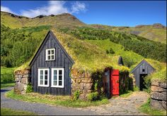 The Scoop on Sod Houses: Unique Underground Homes - Replacement . Casa Viking, Viking House, Cabana, Small House Exteriors, Living Roofs, Underground Homes, Tiny House Cabin, Voyage Europe, Unusual Homes