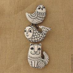 Купить или заказать Брошь 'Жил-был кот Колоброд ' в интернет-магазине на Ярмарке Мастеров. Брошь 'Жил-был кот Колоброд ' выполнена в лубочном стиле. Сшита из хлопка приятного натурального оттенка ( двунитка ) , вышивка- чёрное и металлизированное мулине, зрачки -бисер. Изнанка -чёрн…