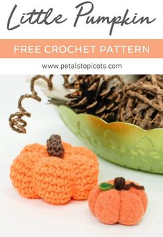 This sweet little crochet pumpkin pattern is super quick and easy with only single crochet stitches and basic increases and decreases. Crochet Fall, Holiday Crochet, Crochet Gifts, Free Crochet, Thanksgiving Crochet, Crochet Headbands, Crochet Pumpkin Pattern, Halloween Crochet Patterns, Pumpkin Patterns