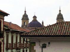 23. Arquitectura de las casas con techos de teja y al fondo la Catedral Primada de Colombia: http://www.tuhotelbogota.co/category/plaza-de-bolivar/
