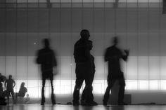 Dark 02 – Figuren als Schattenrisse vor diffuser Theaterbeleuchtung. Surreales Gemenge aus Kommunikation, Betrachtung und Bewegung. 2014, MD | © www.piqt.de | #PIQT