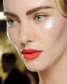 Dentro de las tendencias de maquillaje de Primavera presentadas por M.A.C. en las pasarelas internacionales. Concretamenteen SCI-CHEDELIC ,me llamó muchísimo la atención el juego BI-COLOR que hacen con los TONOS NEÓN...