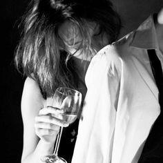Depois de algum tempo você aprende a diferença, a sutil diferença, entre dar a mão e acorrentar uma alma. E você aprende que amar não significa apoiar-se, que companhia nem sempre significa segurança, e começa a aprender que beijos não são contratos, e que presentes não são promessas...  William Shakespeare