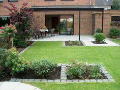 Kleiner garten aufteilen rasenfl che holzzaun ziegelmauer for Gartengestaltung kinderfreundlich