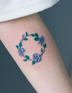 Floral tattoo is a good option when people prefer tattoos. Floral tattoos also very beatuiful on arms.These Floral tattoos ideas with different expression are highly praised if you try on your arms. Circle Tattoos, Mini Tattoos, Forearm Tattoos, Finger Tattoos, Body Art Tattoos, Small Tattoos, Trendy Tattoos, Tattoos For Women, Cool Tattoos