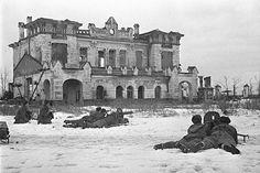 Советские пулемётчики ведут обстрел врага рядом с вокзальным зданием станции Детское Село города Пушкин Ленинградской области. 21 января 1944 года.