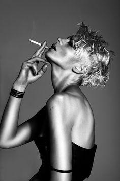Jennifer Stenglein. Черно-белое фото. Девушка с сигаретой.