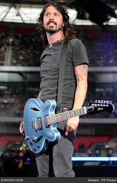 Dave Grohl - born in Warren, Ohio - American rock musician, multi-instrumentalist, and singer-songwriter Foo Fighters Dave Grohl, Foo Fighters Nirvana, Music Love, Music Is Life, New Wave, Music Icon, Punk, Celebrity Photos, Celebrity Babies