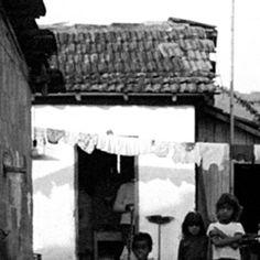 """A Casa da Cultura de Paraty, ambientada em um casarão do século 18, é um dos locais de programação da #Flip. Dedicada à valorização da cultura paratiense, comemora dez anos de atividade em 2014.   Como parte da celebração, apresenta até 1º de junho a exposição de fotos """"Esta é a vida que eu quis - personagens de Paraty"""", tiradas nos anos 70 pela jornalista e fotógrafa Nair Benedicto, que tem uma obra no acervo do MoMa, em Nova York."""
