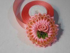 http://www.vesmirledi.ru/category/moe-rukodelie/ Варианты оформления и изготовления цветка канзаши Зефирка. Использовалась лента шириной 2.5 см. Этот цветок ...
