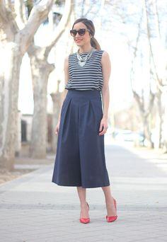 """pregas, colarzão e sapatinho colorido, pra quebrar o shape mais retangular e menos """"feminino"""" das peças."""