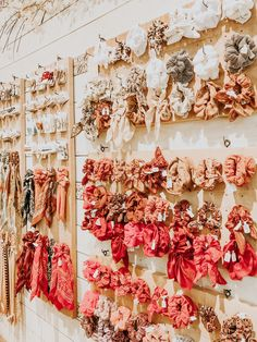 scrunchies wall - New Ideas Boutique Interior, A Boutique, Diy Hair Scrunchies, Velvet Hair, Teen Room Decor, Diy Hair Accessories, Store Design, Craft Fairs, Diy Hairstyles