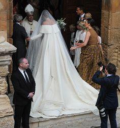 Lady Charlotte Wellesley e Alejandro Santo Domingo se casaram em Granada, na Espanha, e a noiva usou um vestido incrível assinado por Emilia Wickstead. =https://br.pinterest.com/pin/560698222348583680/