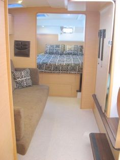 Lagoon 400 Owner Cabin (Island Bed + Couch)