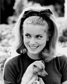 Catherine Deneuve avec son chien en 1962