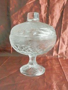 sucrier en verre moulé, sur pied, avec couvercle, décor fruits en relief
