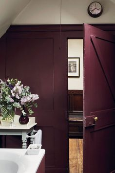 A sophisticated aubergine Brinjal takes its name from the beautifully deep and shiny skin of the aubergine, so it is particularly magnificent in Full Gloss. It can create a warm and highly sophisticated finish when used on all walls, but is more often used as a feature wall to enhance a neutral Skimming Stone scheme or as an accent on the underside of a bath or kitchen island. Recommended Primer & Undercoat: Red & Warm Tones Complementary white: Skimming Stone Farrow Ball, Lounge, Interior Walls, Interior And Exterior, Purple Interior, Skimming Stone, Loft Room, Trendy Bedroom, Colores Paredes