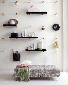 mur blanc, étagère en bois noir murale, mur insolite,chambre a coucher avec un petit lit