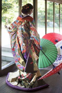 打掛『つづれのし目花車』、掛下『古代紫』爪先で織り込んでいく細やかな手作業から生まれるつづれ織り。大胆な熨斗目柄に花車紋様と品格漂う色使い。格調高い匠の技