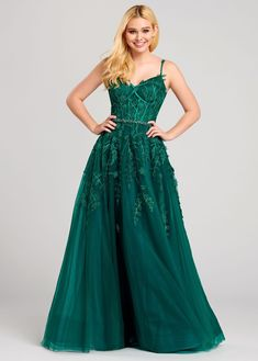 Flattering long dress style by Ellie Wilde is the perfect choice for any upcoming occasion. This dress showcases a sweetheart neckline with thi. Emerald Green Formal Dress, Green Formal Dresses, Emerald Green Dresses, Pretty Prom Dresses, Grad Dresses, Ball Dresses, Ball Gowns, Emerald Prom Dress, Corset Dresses