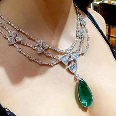 On a scale of how many carats are you in love with this emerald pendant by Avakian? 💚 @avakian_official #jewellery #emerald #diamond #necklace #Avakian #fashion #luxury #gemstone #jewelry
