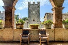 CASTILLO MEDIEVAL EN SIENA (ITALIA)  Esta enorme fortaleza data del siglo XII y, a pesar de sus múltiples alteraciones y ampliaciones, se conserva en perfecto estado. La finca incluye una casa de campo reformada, olivos, viñedos y unas increíbles vistas a la ciudad italiana de Siena.