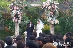 Song Joong-ki and Song Hye-kyo's beautiful wedding ceremony photos Song Hye Kyo, Song Joong Ki, Me Me Me Song, Getting Married, Wedding Ceremony, Pictures, Photos, Songs, Couples